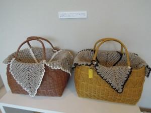 アトリエ・イド。ペーパーコードで編んだかごにかぎ針編みのフリークロスを提案